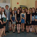 Grupa studentów pozuje z promotorem dr M. Cholewińskim