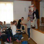Mgr Karolina Chrabąszcz-Sarad wręcza nagrodę uczniowi, który zwyciężył w konkursie
