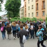 Uczniowie wychodzą z budynku przy ul. Waryńskiego 14