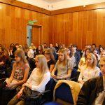 Młodzież siedząca w sali podczas wykładu