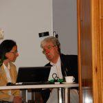 Przy stole siedzą od lewej mgr Barbara Grochulska i prof. Władysław Błasiak