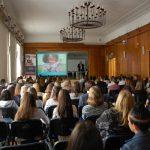 Młodzież podczas wykładu - ujęcie z tyłu sali