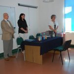 Komisja egzaminacyjna. Od lewej stoją: prof. Leszek Kozioł, dr Anna Wojtowicz, dr Maria Dąbrowa