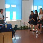 Naprzeciw siebie stoją dr Maria Dąbrowa (ogłasza wyniki) i cztery studentki