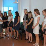 Dr MAria Dąbrowa gratuluje studentom