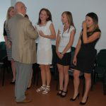Prof. Leszek Rudnicki gratuluje studentom
