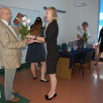 Studenci dziękują członkom komisji, wręczają kwiaty