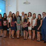 Zdjęcie grupowe studentów z członkami komisji egzaminacyjnej dr MArią Dąbrową (pierwsza z lewej), prof. Leszkiej Rudnickim (w środku grupy) i dr Anną Wojtowicz (pierwsza z prawej)