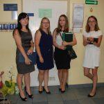Cztery studentki w korytarzu przed aulą