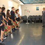 Ogłoszenie wyników egzaminu dyplomowego. Po prawej członkowie komisji, po lewej w rzędzie stoją studenci