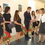 Mgr Bożena Niekurzak gratuluje studentom