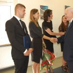 Prof. Leszek Kałkowski gratuluje studentom