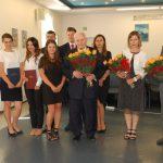 Grupa studentów z promotorem prof. Leszkiem Kałkowskim (w środku grupy), recenzentem dr Kazimierzem Barwaczem (pierwszy z prawej) i mgr Bożeną Niekurzak (druga z prawej)