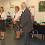 Komisja podczas ogłoszenia wyników egzaminów. Od lewej stoją: mgr Bożena Niekurzak, dr Maria Dąbrowa, prof. Michał Woźniak