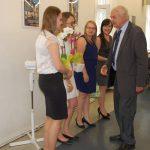 Prof. Michał Wożniak gratuluje studentom