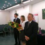 Członkowie komisji egzaminacyjnej. Od lewej stojąL dr Krzysztof Leśniak, mgr Bożena Niekurzak (trzyma kwiaty), prof. Leszek Kozioł