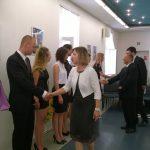 Członkowie komisji egzaminacyjnej gratulują studentom