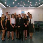 Zdjęcie grupowe studentów z promotorem prof. Leszkiem Koziołem, recenmzentem dr Krzysztofem Leśniakiem i prodziekanem mgr Bożeną Niekurzak