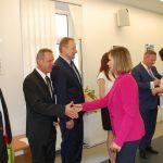 Prodziekan mgr Bożena Niekurzak i dr Anna Wojtowicz gratulują studentom