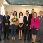 Zdjęcie grupowe studentów z członkami komisji: dr Anną Wojtowicz (w środku, trzyma kwiaty), dr Kazimierzem Barwaczem (pierwszy z prawej) i mgr Bożeną Niekurzak (druga z prawej)