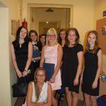 Grupa studentem w korytarzu przed aulą