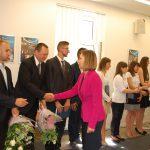 Członkowie komisji egzaminacyjnej mgr Bożena Niekurzak i dr Anna Wojtowicz gratulują studentom