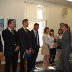 Dr Kazimierz Barwacz gratuluje studentom