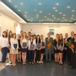 Wspólne zdjęcie studentów z członkami komisji egzaminacyjnej: dr Anną Wojtowicz (pierwsza z lewej), dr Kazimierzem Barwaczem (w środku), mgr Bożeną Niekurzak (pierwsza z prawej) i dr Michałem Koziolem (drugi z prawej)