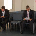 Dwóch studentów siedzi na sali egzaminacyjnej przygotowując się do egzaminu