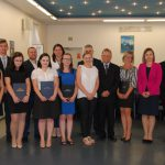 Wspólne zdjęcie studentów z członkami komisji egzaminacyjnej: dr Anną Wojtowicz (w środku), prof. Leszkiem Koziołem (czwarty z prawej) i mgr Bożeną Niekurzak (druga z prawej)