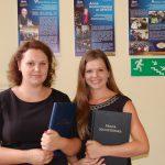 Dwie studentki prezentują prace dyplomowe