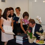 Studenci w oczekiwaniu na podpis prof. Janusza Morbitzera