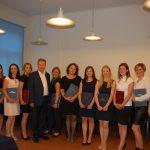 Wspólne zdjęcie studentek z prof. Januszem Morbitzerem (w środku grupy)