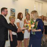 Dr Renata Smoleń gratuluje studentom