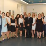 Wspólne zdjęcie studentów z członkami komisji egzaminacyjnej: prof. Leszkiem Koziołem (w środku grupy), dr Anną Wojtowicz (pierwsza z prawej) i dr Renatą Smoleń (druga z prawej)