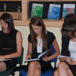 Trzy studentki przygotowujące się do egzaminu dyplomowego