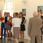 Prof. Jan Siekierski i mgr Bożena Niekurzak gratulują studentom
