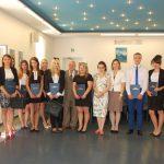 Wspólne zdjęcie studentów i członków komisji egzaminacyjnej: prof. Jana Siekierskiego dr Renaty Śliwy i mgr Bożeny Niekurzak