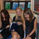 Trzy studentki siedzą przed aulą w oczekiwaniu na obronę