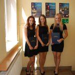 Trzy studentki prezentują prace dyplomowe