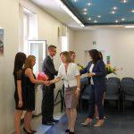 Mgr Bożena Niekurzak i dr Anna Wojtowicz gratulują studentom