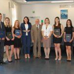 Wspólne zdjęcie studentów i członków komisji egzaminacyjnej: dr Anna Wojtowicz, prof. Jan Siekierski i mgr Bożena Niekurzak (w środku)