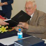 Prof. Jan Siekierski podpisuje prace dyplomowe