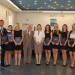 Wspólne zdjęcie studentów i członków komisji egzaminacyjnej: prof. Jan Siekierski i mgr Bożena Niekurzak (w środku), dr Krzysztof Leśniak (pierwszy z prawej)