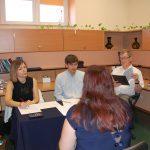 Egzamin dyplomowy. W komisji siedzą od lewej mgr Bożena NIekurzak, dr Wojciech Kozioł, dr Kazimierz Barwacz