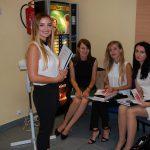 Studentki w oczekiwaniu na egzamin dyplomowy