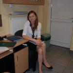 Studentka siedzi przy biurku w oczekiwaniu na egzamin