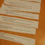 Pytania egzaminacyjne - pocięte kartki na stoliku