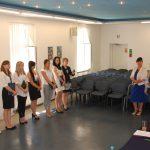 Ogłoszenie wyników egzaminów. W komisji stoją od lewej: dr Sabina Kurzawa, dr Michał Korbelak i dr Renata Smoleń