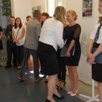 Dr Michał Korbelak i dr Renata Smoleń gratulują studentom